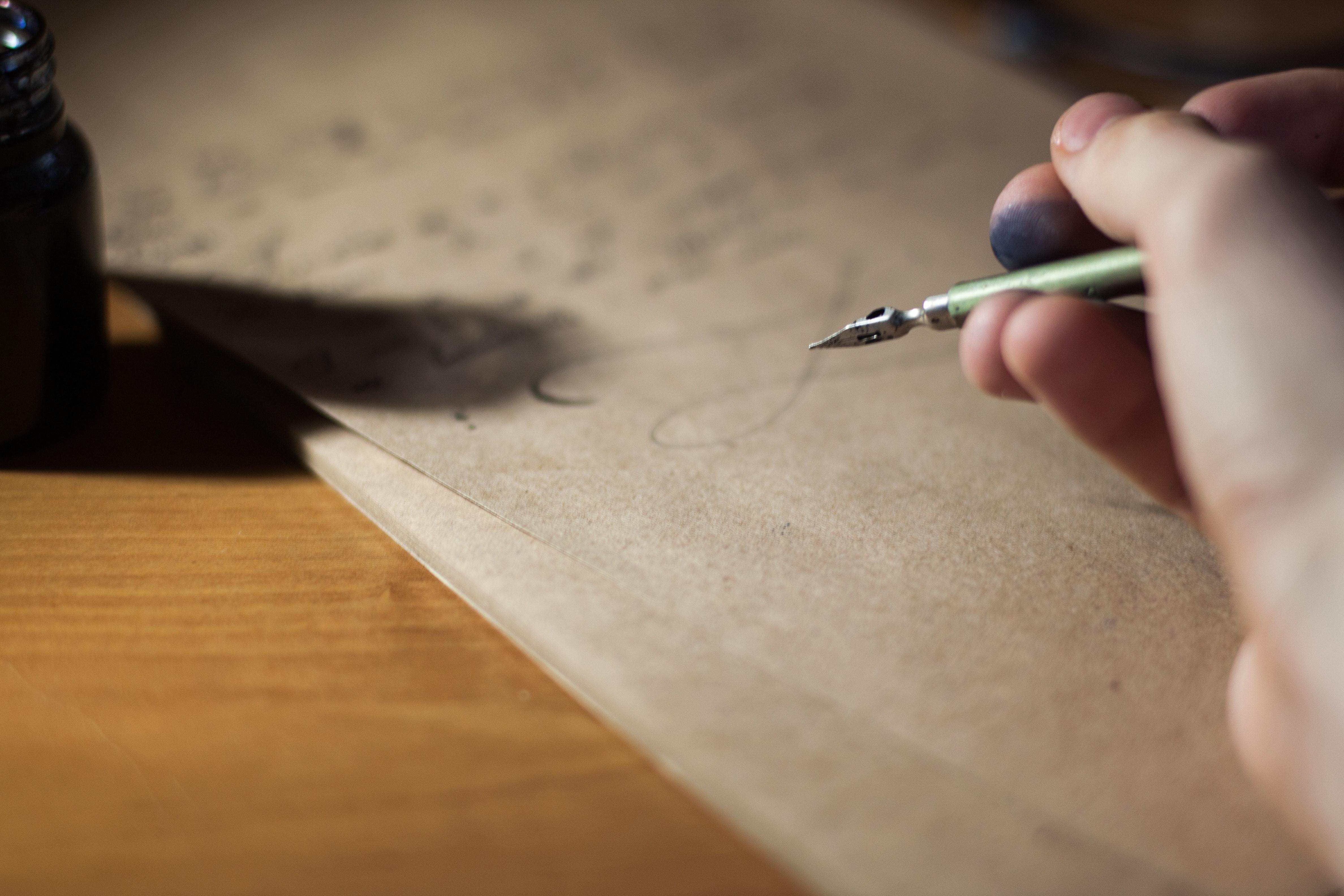 Mà escrivint amb ploma i tinta negra, escribo