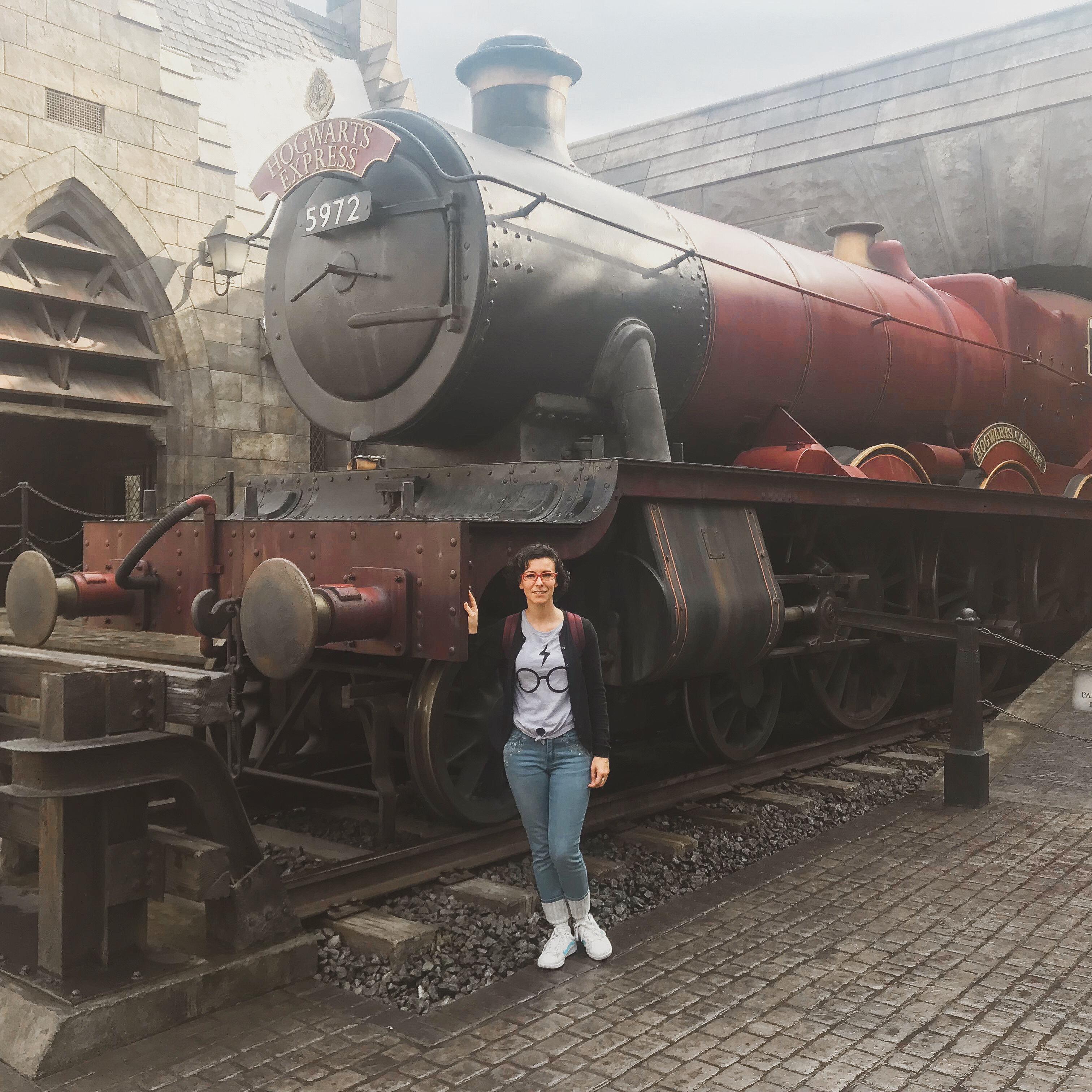 Beth Gea frente al Hogwarts Express